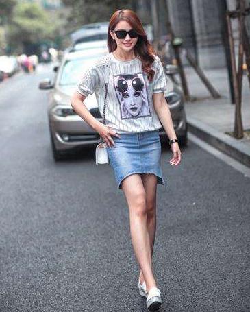 女生白色帆布鞋搭配