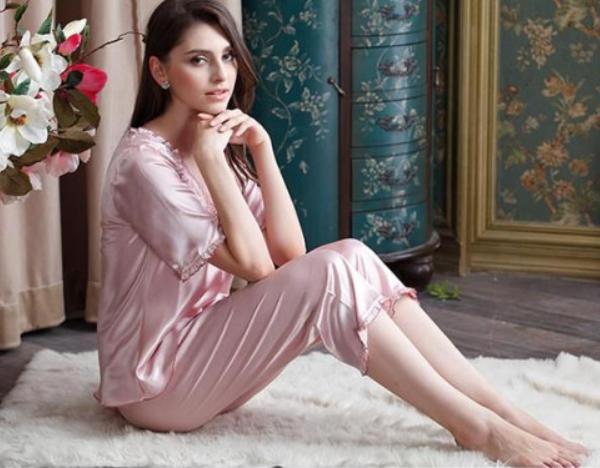 粉色系丝绸和蕾丝